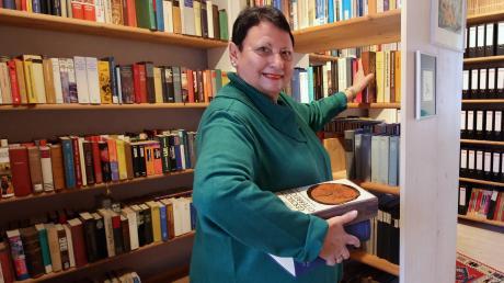 Das Archiv im Burgauer Stadttor – akribisch geordnet, aber viel zu klein: Der Historische Verein Burgau mit seiner Vorsitzenden Irmgard Gruber-Egle sucht dringend einen weiteren Raum für historische Dokumente und Utensilien.