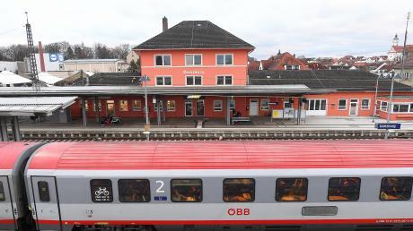 Am Günzburger Bahnhof hatte der Angeklagte einen Joint geraucht und ein Mädchen daran ziehen lassen. Das hatte Folgen.