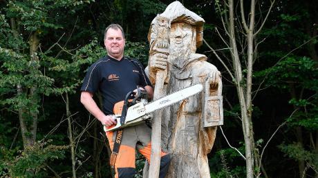 Roland Fiebich aus Röfingen hat den Wächter im Nutzungswald nahe Roßhaupten aus dem Stamm einer Eiche gearbeitet.
