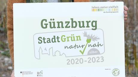 Umweltfachkraft Christine Hengeler mit dem neuen Label für Günzburg.