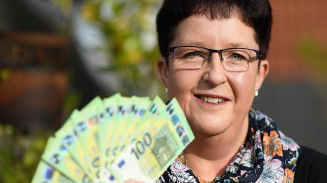 Der Anruf war gestern eine große Überraschung für Elke Bader aus Burgau: 1000 Euro gewinnt sie beim Bilderrätsel unserer Zeitung.