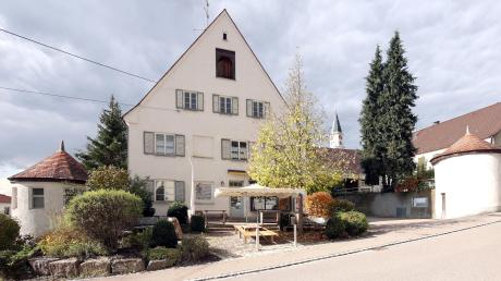 Für die Dorferneuerung Rettenbach soll nun ein Gesamtkonzept erarbeitet werden. Dazu zählen unter anderem die künftige Nutzung des Schlössle und des Vorplatzes sowie des Areals beim ehemaligen Gasthof zum Kreuz (rechts).