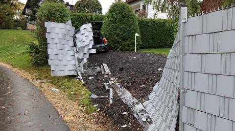 Dieser Unfall in Jettingen-Scheppach endete an einer Hecke, nachdem das Auto zuvor den Gartenzaun durchbrochen hat.