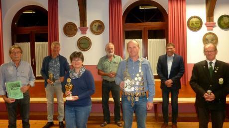 Das Foto zeigt: (von links) Josef Rößle, Karl Oberschmid, Anita Szaunig, Dieter Eberhardinger, Horst Szaunig, Bürgermeister Rainhard Schieferle und Erster Schützenmeister Martin Keller.