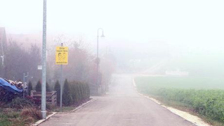 Im Dürrlauinger Ortsteil Mönstetten soll das Baugebiet Weiherweg nach Westen hin erweitert werden. Ein Schild weist auch auf spielende Kinder hin, nachdem dort angeblich oftmals zu schnell gefahren wird.