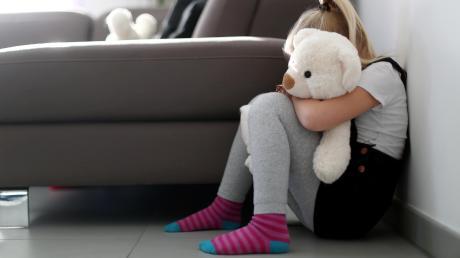 Der Angeklagte soll die Tochter seiner damaligen Partnerin missbraucht haben. Das Kind war damals acht Jahre alt.