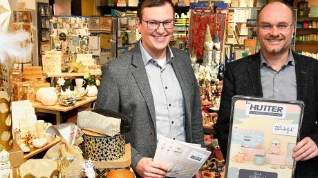 Sohn Philipp und Vater Hermann Hutter im Schreibwaren- und Geschenkartikelgeschäft in Günzburg.