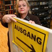 Das Günzburger Bücherei-Team unter Leitung von Angelika Gathemann-Schnelle hatte umfangreiche Hygiene-Schutzmaßnahmen umgesetzt, damit Publikumsverkehr möglich blieb. Dazu gehörten klar gekennzeichnete Laufwege und eine begrenzte Besucherzahl. Nun muss die Bildungseinrichtung erneut schließen.