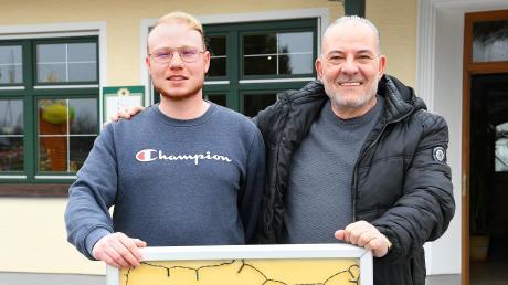 """Tutto to go – alles zum Mitnehmen gibt es im Restaurant """"Am Silbersee"""" in Rettenbach. Seit mehr als 20 Jahren führt Giovanni Iavazzi (rechts) das Lokal, seit zwei Jahren ist sein jüngster Sohn Fabio (links) auch im Geschäft."""