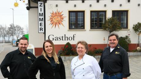 """Direkt an der Durchgangsstraße in Röfingen liegt der Gasthof """"Sonne"""" der Familie Osterlehner. Die Kinder Dominik und Bettina führen den Gastronomiebetrieb von den Eltern Ingrid und Georg (von links) in die Zukunft."""