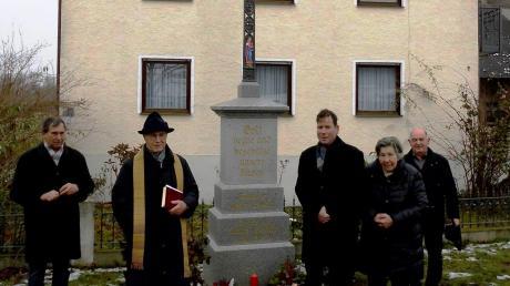 Pfarrer im Ruhestand Richard Harlacher segnete das neue Flurkreuz von Elisabeth und Tobias Holzmann im Beisein von Pfarrgemeinderatsvorsitzendem Josef Wagner (links) sowie Kirchenpfleger und Altbürgermeister Wolfgang Mayer (rechts).