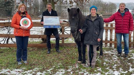 Die symbolische Scheckübergabe zeigt (von links) Sylvia-Maria Braunwarth (Malteser), Stephan Müller (Geschäftsführer Scheppach), Christine Strasser-Harr und Erwin Reitmeier.