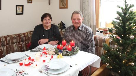 Weihnachten mit der ganzen Familie gleichzeitig zu feiern, ist in diesem Jahr wegen der Kontaktbeschränkungen so gut wie nicht möglich. Auch bei Dora und Georg Mayer aus Scheppach wird an den Weihnachtsfeiertagen der eine oder andere Teller leer bleiben.