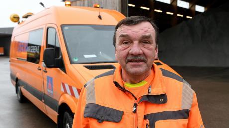 """Emil Trautmannsheimer aus Unterknöringen arbeitet seit 30 Jahren auf der A8 als Straßenwärter – """"das ist mein Traumberuf"""" sagt der 61-Jährige. Etwa 700000 Kilometer hat er in dieser Zeit auf der Autobahn zurückgelegt."""
