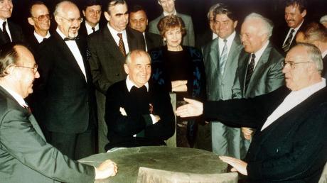 Häufig begegneten sich Theo Waigel (hintere Reihe stehend) und Michail Gorbatschow (sitzend, Mitte) persönlich – insbesondere in den Jahren kurz vor und nach der Wende. Dieses Archivbild zeigt die beiden Politiker gemeinsam mit Bundeskanzler Helmut Kohl (ganz rechts) in entspannter Atmosphäre bei einem Treffen in Gorbatschows Gästehaus in Archiz.