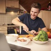 """Niklas Hab ist zusammen mit Thomas Wegele, Vladisvlav Klass und Jakob Miller Gründer der Online-Plattform """"Kitchenllamas"""". Dort halten professionelle Köche Online-Kochkurse via Videokonferenz ab, während die Teilnehmer zuhause in ihren eigenen Küchen mitkochen."""