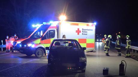 Drei Personen verletzten sich leicht bei einem Unfall auf der B 16.