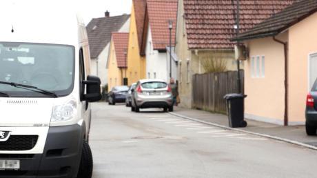 Am Straßenrand abgestellte Fahrzeuge sorgen in der Gemeinde Rettenbach immer wieder für Probleme. Eine Stellplatzverordnung soll künftig Abhilfe schaffen.