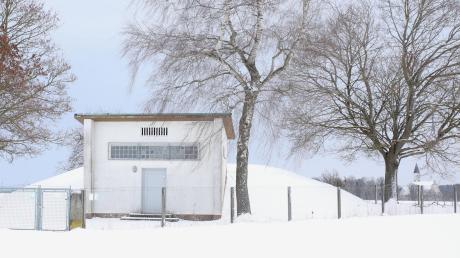 Der Hochbehälter in Scheppachs Winteridylle mit der Wallfahrtskirche Allerheiligen im Hintergrund: Die Anlage stammt aus dem Jahr 1960 und soll durch einem Neubau mit größerer Kapazität ersetzt werden.