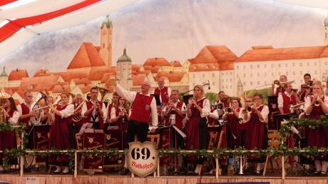 Seit 100 Jahren bereichert die Musikkapelle Wasserburg das kulturelle Leben in der Region, auch wenn im vergangenen Jahr die Auftritte ausfallen mussten. 2019 auf dem Volksfest in Günzburg gab es noch kein Corona-Virus.