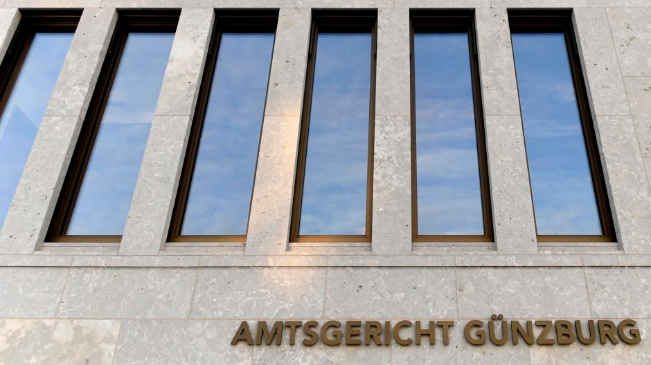 A woman who had smuggled heroin in her body had to answer before the Günzburg district court.  An officer recognized her during a train ride and alerted her colleagues.  They were already waiting at the Günzburg train station, where she and her partner alighted.
