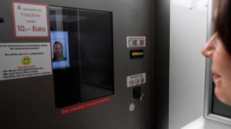 Im Eingangsbereich des Leipheimer Rathauses steht seit einigen Wochen ein Passfotoautomat.