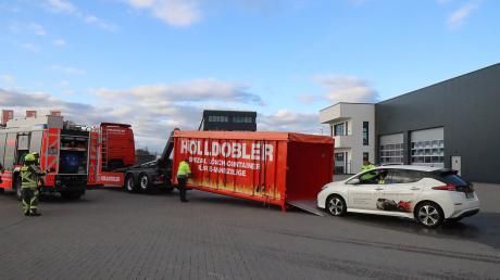 Die Firma Hölldobler hat einen Abrollcontainer entwickelt, in dem Elektrofahrzeuge gelöscht werden können.