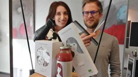 Timo Seitz, der die Stylemanufaktur in Ichenhausen, betreibt, hat zusammen mit seiner Lebensgefährtin Gabriele Groß ein neues Konzept entwickelt: Ab sofort können im Friseurgeschäft auch Delikatessen erworben werden.