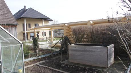 Im Burtenbacher Ortsteil Kemnat hat der nicht genehmigte Bau einer Blockhütte mit Sauna und eines Schwimmbades sowie ein gegenüber dem Antrag deutlich vergrößertes Wohnhaus (im Hintergrund) für Kritik gesorgt.
