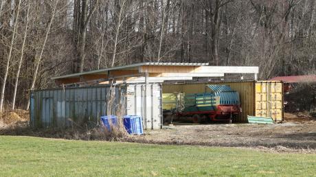 Zwei Überseecontainer, verbunden mit einer Überdachung: Dar Bau, der sich im Außenbereich befindet und ohne Genehmigung errichtet wurde, war nun Thema im Rettenbacher Gemeinderat.