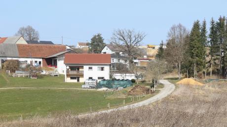 """Oben und im Hintergrund: das neue Baugebiet """"Am Friedhof"""". Im Vordergrund: der untere Bereich der Brunnengasse. Jetzt befasste sich der Haldenwanger Gemeinderat mit der Erschließungsplanung."""