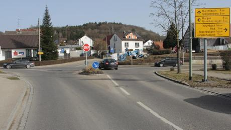 Ob oder wann ein Kreisverkehr an dieser unübersichtlichen Kreuzung im Kammeltaler Ortsteil Ettenbeuren kommt, blieb im Gemeinderat weiter offen.