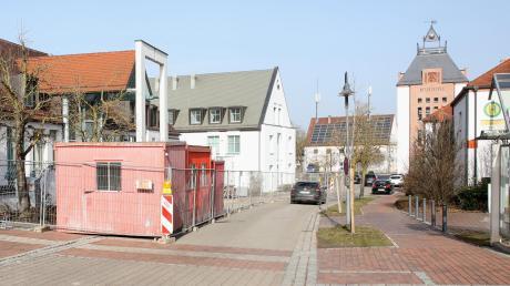 Der Bauzaun beim Gundremminger Kindergarten reicht bis zur Fahrbahnmitte und es gilt eine Einbahnregelung. Vor Kurzem haben dort die Arbeiten für den Erweiterungsanbau begonnen.