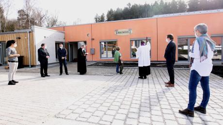 """Die Segnung fand im Freien, auf Abstand und mit Maske statt. Am Montag  geht der neue Konzenberger Kindergarten """"Waldmäuse"""" offiziell in Betrieb."""