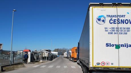 Parkende Lastwagen in der Kleinkötzer Industriestraße sind ein Problem, vor allem im Einmündungsbereich zu einer Privatstraße weiter hinten und am Wendehammer. Ein Halteverbot soll Abhilfe schaffen.
