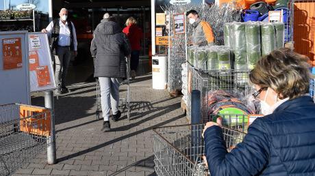 Um 8.30 Uhr öffneten in Jettingen-Scheppach Marktleiter Rudolf Nerdinger und Gartenzentrum-Chef Thomas Weikert den Obi Baumarkt für die ersten etwa 20 Kunden.
