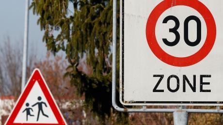 """Einen solchen Schilderwald will die Stadt Ichenhausen vermeiden: vor dem Kindergarten Oxenbronn sollte deshalb nur das Schild """"Achtung Kinder"""" stehen."""