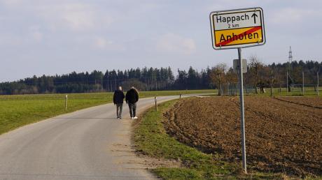 Heftig debattiert wurde im Gemeinderat über ein Tempolimit für das schmale Sträßchen zwischen Anhofen und Happach.