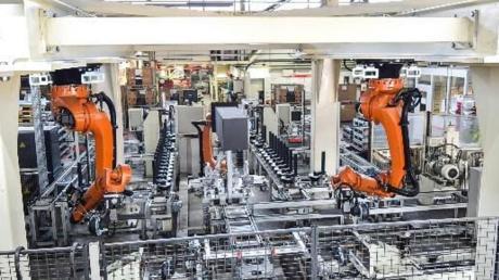 Drei neue Roboter hat Alko für die Fertigung von Achsen für Nutzanhänger angeschafft. Die Investition liegt im niedrigen sechsstelligen Bereich.