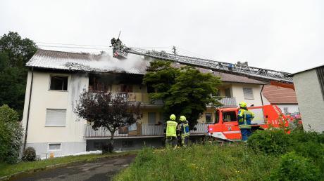 Im ersten Stock der Asylunterkunft in Reisensburg hat es am 15. Juni 2020 gebrannt – weil ein Bewohner in seinem Zimmer absichtlich ein Feuer gelegt hat. Ein Großaufgebot der Feuerwehr war vor Ort, um den Brand zu löschen und die mehr als 20 Bewohner zu retten.
