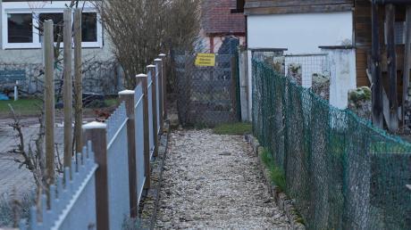 Dieser Verbindungsweg in Bubesheim zwischen der Gartenstraße und der Günzburger Straße ist seit einigen Monaten mit Europaletten versperrt.