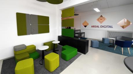 Die Lounge im neuen digitalen Gründerzentrum Areal Digital ist farbenfroh gestaltet. Möglich wurde das Gründerzentrum mit staatlichen Fördergeldern, der Unterstützung der IHK, der Wirtschaftsjunioren und zahlreichen Unternehmen.