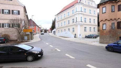 Die Ortsdurchfahrt von Burtenbach: Aufgrund der Tatsache, dass der zu leistende Anteil des Freistaats an den Sanierungsmaßnahmen höher ist als zunächst angedacht, verringern sich auch die Kosten für die Marktgemeinde.