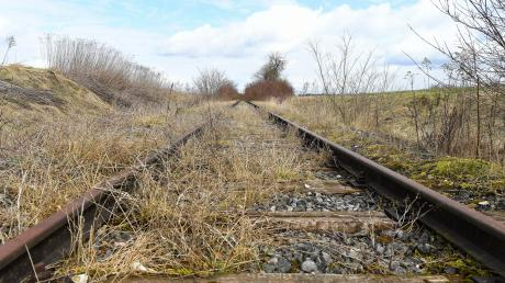 Die Schienenanbindung zum Areal Pro, dem ehemaligen Leipheimer Fliegerhorst, ist symptomatisch: Sie wird nicht mehr genutzt und durch die unterbrochene Brücke auch nicht verfügbar. Vielleicht ändert sich das.