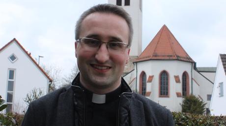 Christoph Wasserrab leitet die Pfarreiengemeinschaft Günzburg. Der 38-Jährige, der 2010 zum Priester geweiht wurde, steht hier vor der Kirche St. Martin.