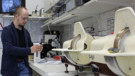 Der 27-jährige Samuel Hahn hat das Downsyndrom. Er arbeitet im Betrieb seiner Familie, dem Brillenstudio Hahn in Günzburg, als Assistent.