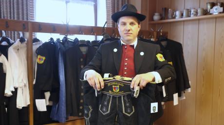 Markus Abenstein, Vorsitzender der Musikkapelle Waldstetten, zeigt die neu beschaffte Vereinstracht, die darauf wartet, bis sie irgendwann einmal getragen wird. Die Pandemie macht auch vor der Musikkapelle selbst nicht halt.