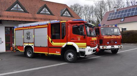 Die Feuerwehr Burtenbach hat ein neues Löschfahrzeug bekommen (links) und das 33 Jahre alte bisherige Modell abgegeben.