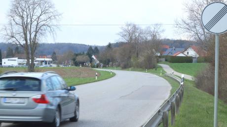 Erst 70, dann 100, dann wieder 50 – oder umgekehrt. Auch der Bereich zwischen der Einfahrt zum Gut Unterwaldbach bis zum Ortseingang von Röfingen soll künftig auf maximal 70 Stundenkilometer begrenzt sein.