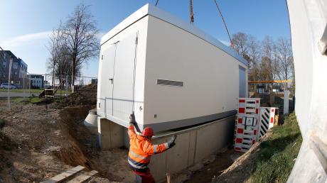 Ein bisschen nach links, aber nicht zu viel: Monteur Thomas Schön geht sicher, dass die neue Gasdruckregel- und Messanlage in Leipheim richtig auf dem Fundament sitzt. Dafür gibt er dem Kranfahrer per Hand Anweisungen.